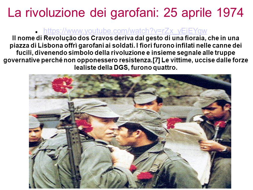 La rivoluzione dei garofani: 25 aprile 1974 Il nome di Revolução dos Cravos deriva dal gesto di una fioraia, che in una piazza di Lisbona offrì garofani ai soldati. I fiori furono infilati nelle canne dei fucili, divenendo simbolo della rivoluzione e insieme segnale alle truppe governative perché non opponessero resistenza.[7] Le vittime, uccise dalle forze lealiste della DGS, furono quattro.